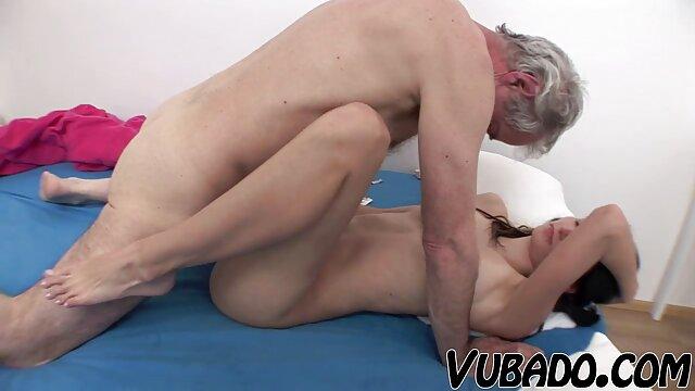 Asiática Mila Jade masajeando y follando duro a fre porne su cliente